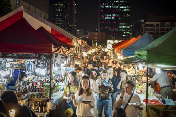 Một khu chợ đêm ở Bangkok - Ảnh: Bangkok Post