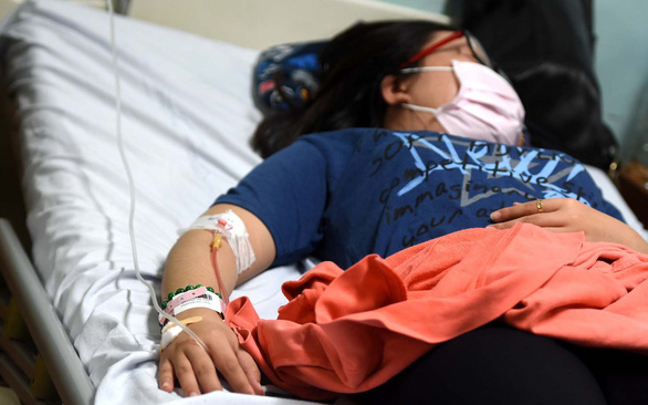 Bệnh nhân mắc sốt xuất huyết đang nằm điều trị tại khoa nhiễm Bệnh viện Đa khoa Đồng Nai - Ảnh: A LỘC
