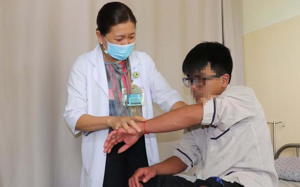 BS CKI Trần Thị Đông Viên (Bệnh viện Bệnh nhiệt đới TP.HCM) khám bệnh ngày 9-7 - Ảnh: X.MAI