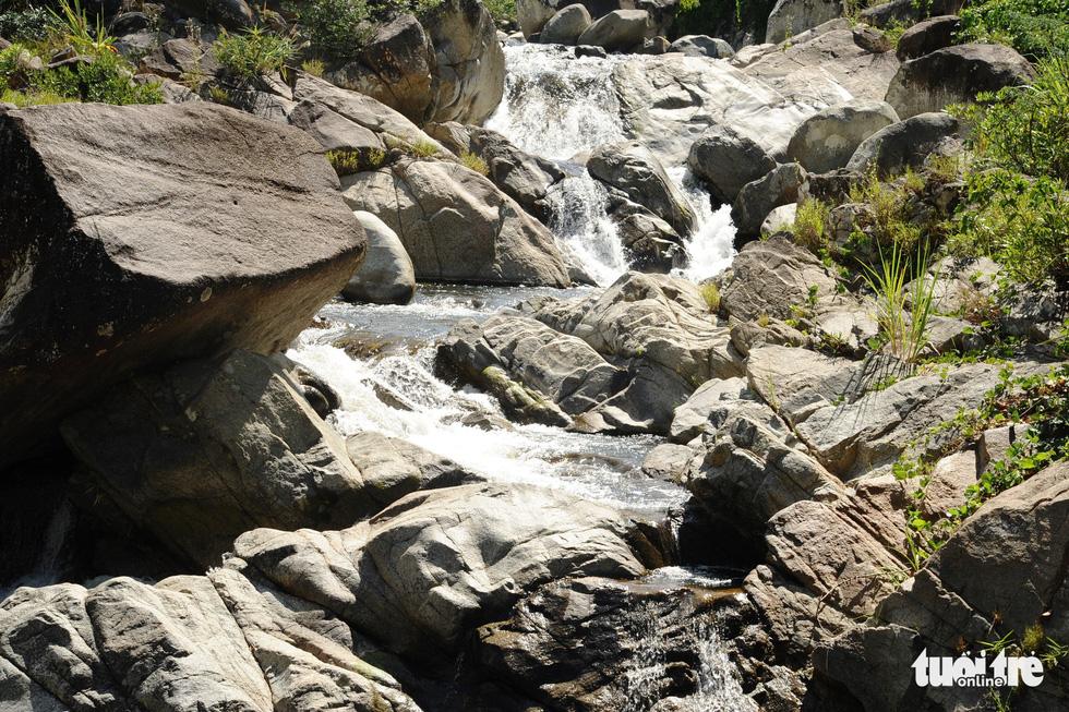 Dòng suối trắng xóa chảy giữa những tảng đá to - Ảnh: LÊ TRUNG