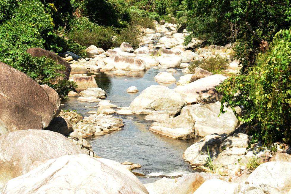 Những bãi đá, cây rừng xen kẽ với dòng suối - Ảnh: LÊ TRUNG