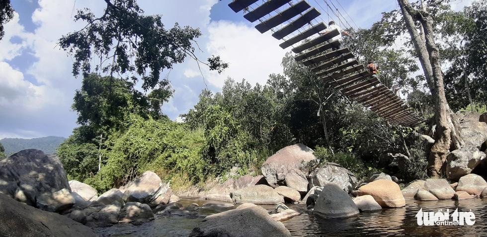 Cây cầu treo bắc trên suối để du khách đứng ngắm cảnh đẹp - Ảnh: LÊ TRUNG