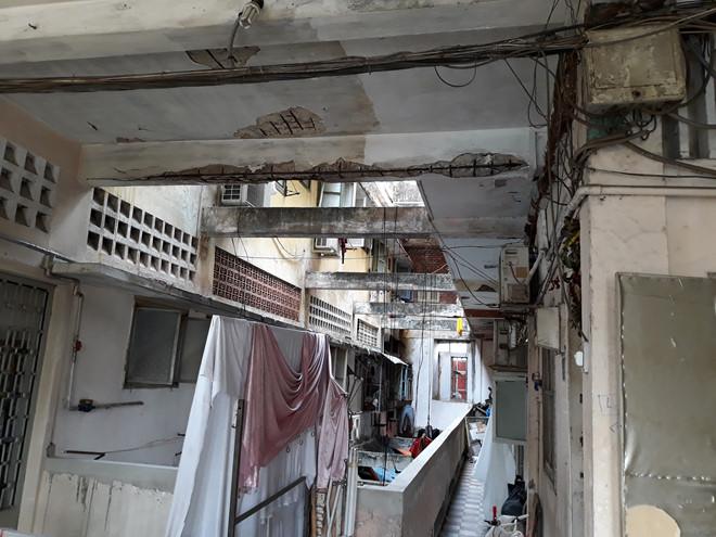 Tường bong tróc, cơ sở vật chất xuống cấp tại chung cư Trúc Giang (Q.4) ẢNH: TRẦN TIẾN