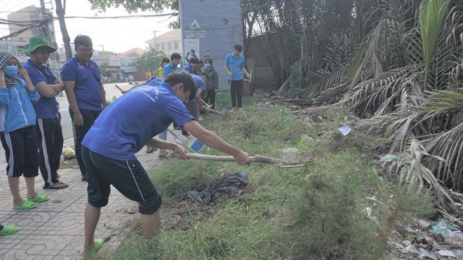 Bãi rác tự phát trên đường Nguyễn Bình, ấp 3, xã Phú Xuân, H.Nhà Bè Ảnh: Lê Thanh
