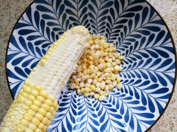 - Ngô sau khi tách lấy hạt cho vào luộc sôi khoảng 6 phút.