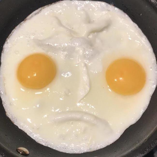 3. Món trứng này trông có vẻ bất mãn với chủ nhân