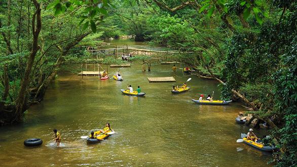 Bơi thuyền trên suối trong rừng Ozo - Ảnh: CÔNG THÀNH