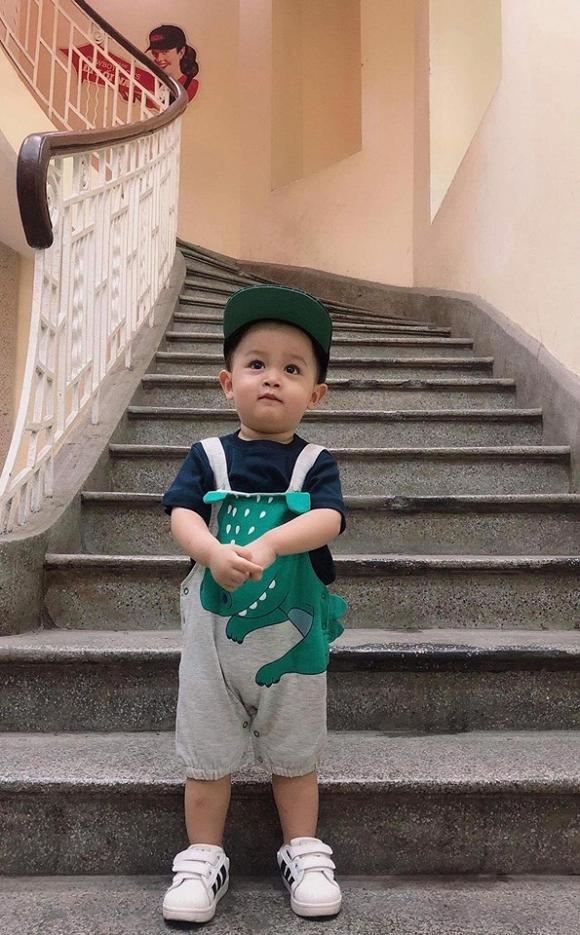 Tròn 2 tuổi, cậu nhóc đã khá chững chạc