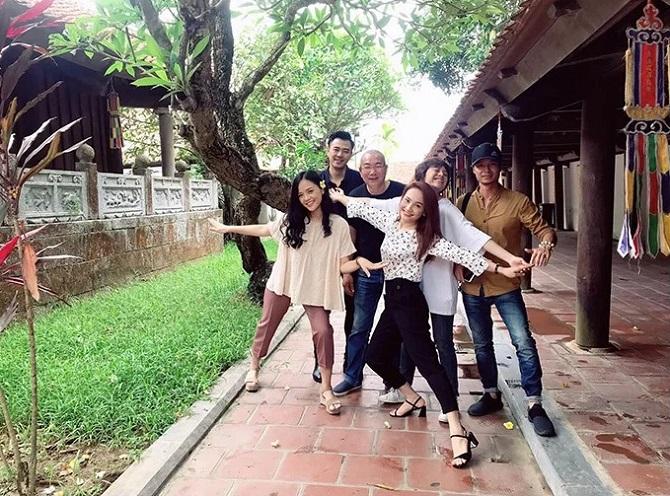 Đạo diễn Danh Dũng (giữa) và giám đốc sản xuất Nguyễn Bá Thành (áo vàng) chụp ảnh cùng dàn diễn viên khi thực hiện phân đoạn các con gái tìm gặp ông Sơn ở chùa.