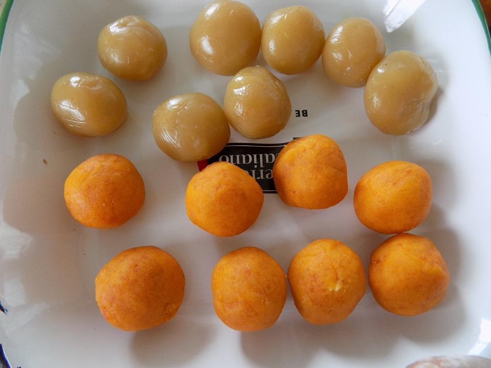 Chia trứng thành từng phần (30gr) vo viên.