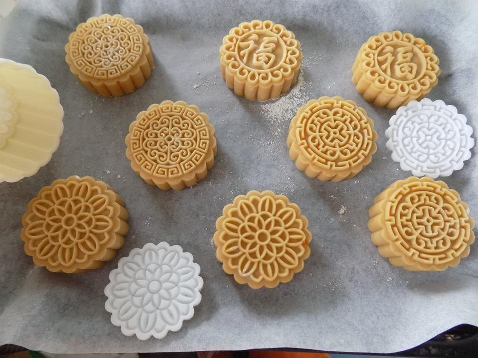 Lò nướng làm nóng trước 10 phút ở nhiệt độ 190-200 độ C. Sau đó cho khay bánh vào giữa lò nướng 7 phút. Sau đó lấy ra quét 1 lớp trứng, rồi cho khay bánh vào lò, nướp tiếp 5 phút. Một lần nữa lấy khay bánh ra quét thêm 1 lớp lòng đỏ trứng rồi cho lại lò, nướng 5 phút nữa là bánh chín, mặt vàng. Tắt lò lấy khay bánh ra để nguội.