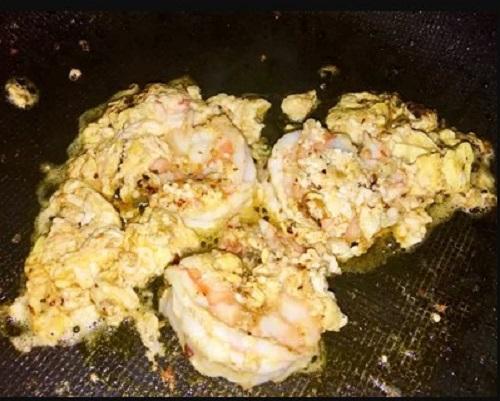 Bước 3: Phi thơm tỏi cho tôm vào xào săn, cho trứng vào đảo đều.