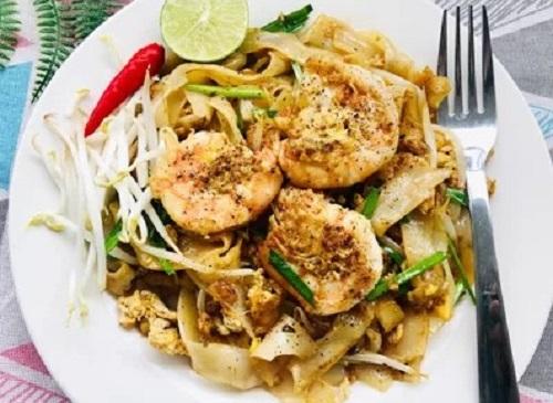 Bước 5: Cho hủ tíu ra đĩa, thêm tiêu lên mặt, để thêm 1 ít giá sống, ớt băm, chanh để người ăn có thể trộn theo khẩu vị