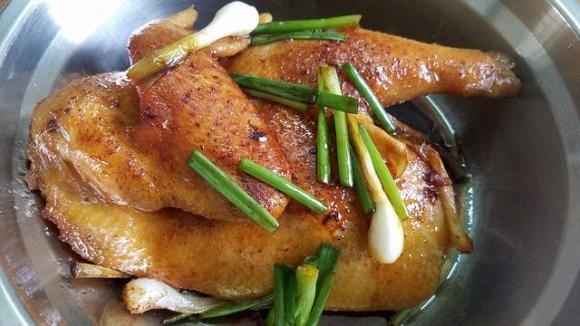 5. Gà sau khi đã hấp xong thì bỏ ra và để cho nguội, khi nào ăn thì chặt ra đĩa để thưởng thức.