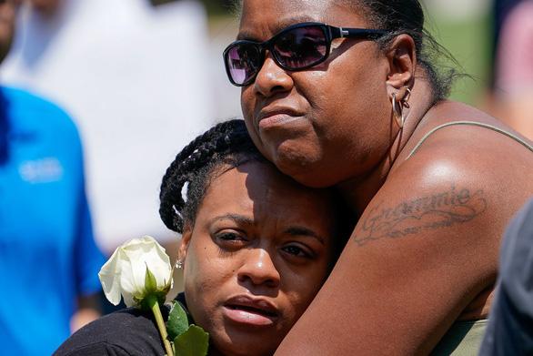 Người thân tiếc thương các nạn nhân trong vụ xả súng tại Ohio, Mỹ - Ảnh: REUTERS