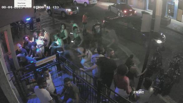 Hình ảnh từ camera tại hiện trường cho thấy cảnh khách hàng tháo chạy sau khi hung thủ bắt đầu nổ súng - Ảnh: REUTERS