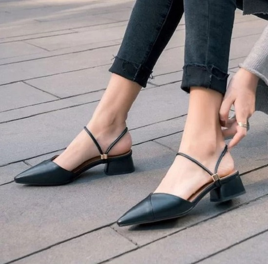 Ý thức được tác dụng của giày cao gót trong việc tôn dáng, nhưng không phải cô nào cũng có thể làm quen với việc đi giày 'lênh khênh'. Chính vì thế các mẫu giày, sandal đế thấp là lựa chọn hoàn hảo.