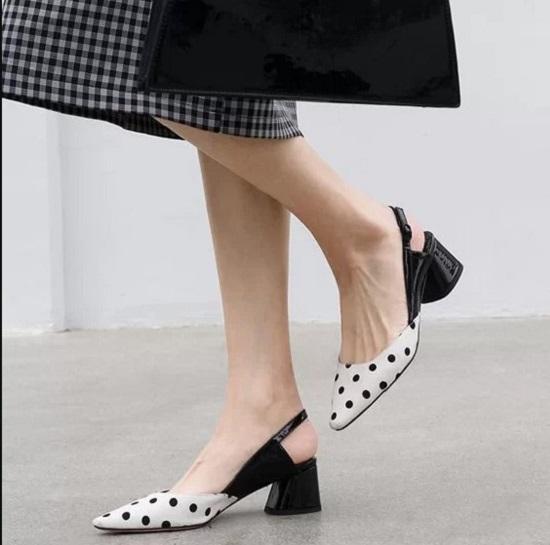 Khi đến văn phòng, thay vì các mẫu giày mũi nhọn, cao gót là các kiểu đế hình học, đế thô tạo cảm giác thoải mái cho đôi chân.