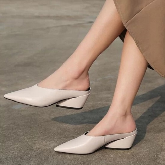 Giày hở gót với nhiều phom dáng ấn tượng là sản phẩm được các tín đồ thời trang châu Á ưa chuộng ở mùa mốt 2019.
