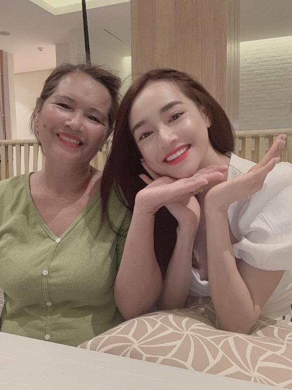 Nữ diễn viên đính kèm hình ảnh cùng mẹ ruột