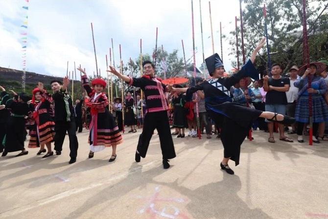 Cổng chào của lễ hội được mô phỏng như những chiếc khèn của người Dao, đưa du khách lạc bước vào miền Tây Bắc gọi mời, với váy áo sặc sỡ, tiếng khèn hoa cùng chợ phiên vùng cao... vào sáng thứ Sáu và thứ Bảy hàng tuần.