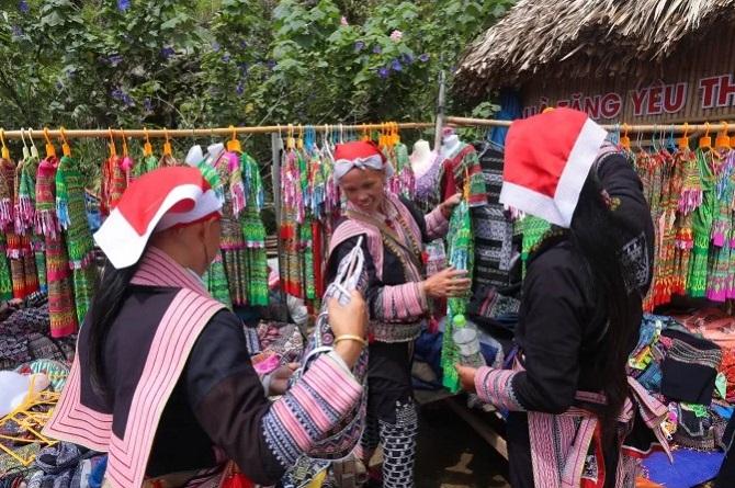 Mỗi sáng thứ Bảy và Chủ nhật, từ 9h30 đến 11h30, du khách sẽ hòa mình vào cuộc sống của đồng bào hay đám cưới người Dao truyền thống. Những thếp thổ cẩm đủ sắc màu và đặc sản được bà con mang tới bán trong những gian hàng lợp gỗ sa mu.
