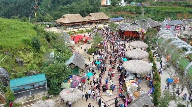 """""""Lễ hội ẩm thực Tây Bắc 2019"""" đang làm nên một Tây Bắc thu nhỏ trong lòng Sa Pa, không chỉ là sự kiện văn hóa đặc sắc tôn vinh và giới thiệu văn hóa ẩm thực tới bạn bè trong và ngoài nước, mà còn góp phần thúc đẩy du lịch Lào Cai và mang tới những trải nghiệm đủ đầy cho du khách."""