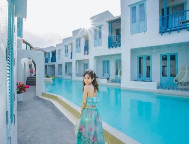 """Từng là một làng chài nhỏ, nhưng hiện nay Hua Hin đã trở thành """"thiên đường nghỉ dưỡng"""" hút khách vào cuối tuần. Trong đó, De Paskani Resort chiếm trọn cảm tình của phái nữ với lối thiết kế mô phỏng những căn nhà ở Santorini, Hy Lạp."""