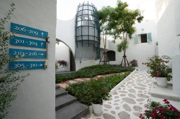 Khu nghỉ dưỡng có 30 phòng, giá dao động từ 3.100 đến 5.900 baht/đêm cho hai người (khoảng 2,2 - 4,2 triệu đồng). Mùa cao điểm hay thứ 7, chủ nhật thì nơi đây thưởng xuyên cháy phòng, bạn phải nhanh chân mới có giá tốt.