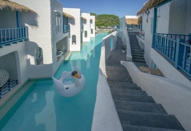 """Chỉ cần bước ra khỏi phòng, bạn sẽ muốn thả mình trong bể bơi trải dọc hết """"thành phố tí hon"""" này. Vì số lượng khách có hạn do ít phòng nên nơi này không quá đông, khách lưu trú hiếm khi bị làm phiền."""