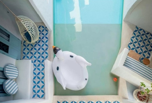 Mỗi phòng đều được trang bị phao bơi. Tắm xong, bạn có thể đi thẳng về phòng bằng lối đi riêng hoặc nằm phơi nắng ngay trước hiên nhà.