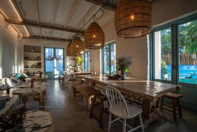 Chăm chút về mặt kiến trúc, nội thất đa phần làm bằng gỗ hoặc mây tạo sự thoải mái. Nhà ăn nhìn ra bể bơi, thực đơn không nhiều lắm nhưng khá ổn, chủ yếu là các món hải sản, đồ Thái.