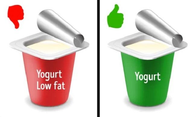 Chỉ dùng thực phẩm tách béo hoặc thực phẩm ăn kiêng  Một số loại thực phẩm ăn kiêng hoặc tách béo không giúp bạn giảm cân như bạn tưởng. Thực tế, thiếu hụt chất béo khiến bạn đói nhanh hơn. Một số thực phẩm được gắn mác 'ăn kiêng' nhưng lại chứa đường để tăng thêm hương vị.