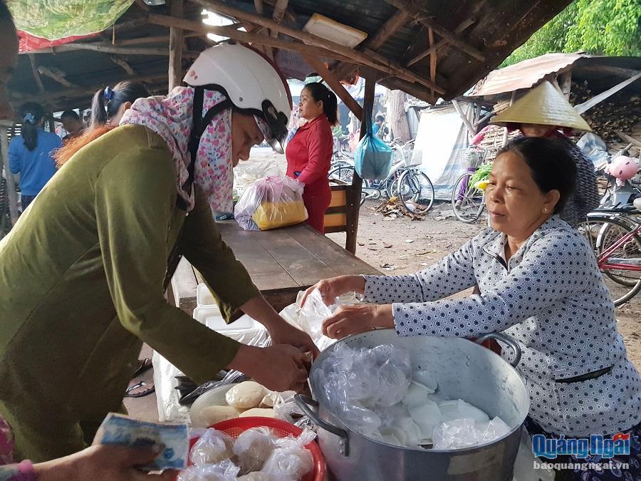Những quầy đồ ăn đồng giá 5 nghìn tại chợ Đường Mương lúc nào cũng đông khách. Trong ảnh là quầy bánh bèo của bà Nguyễn Thị Đào sáng nào cũng bán được gần 100 suất bánh.