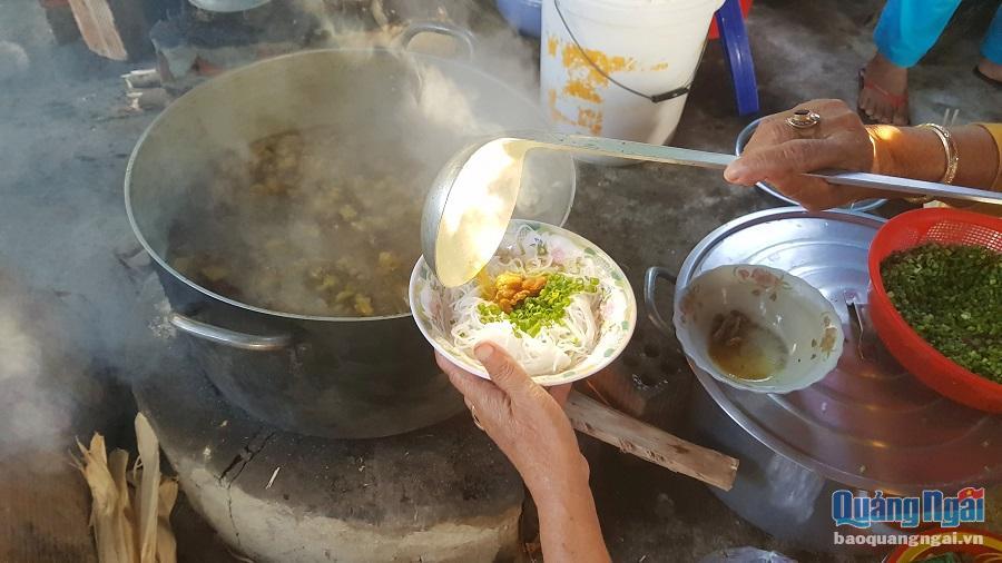 Chỉ cần bỏ ra 5 nghìn đồng, là thực khách ghé chợ Đường Mương đã có ngay tô bún nước lèo nóng hổi.