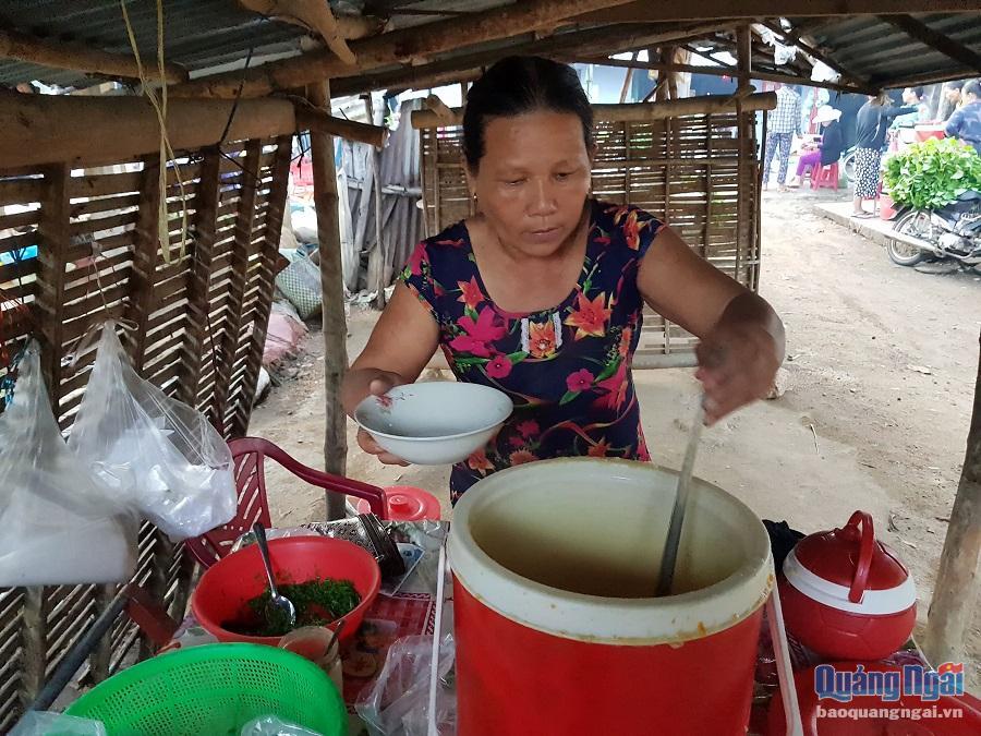 Các tiểu thương tại chợ chủ yếu là người dân địa phương, nên mọi người thường nấu sẵn ở nhà rồi dùng các xô giữ nhiệt giữ cho thức ăn nóng hổi mang ra chợ.