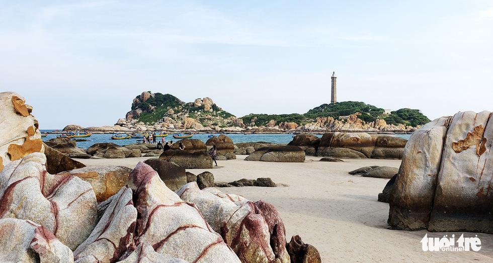 Đảo Kê Gà rất gần bờ, chỉ cách một eo nước nhỏ - Ảnh: NAM TRẦN