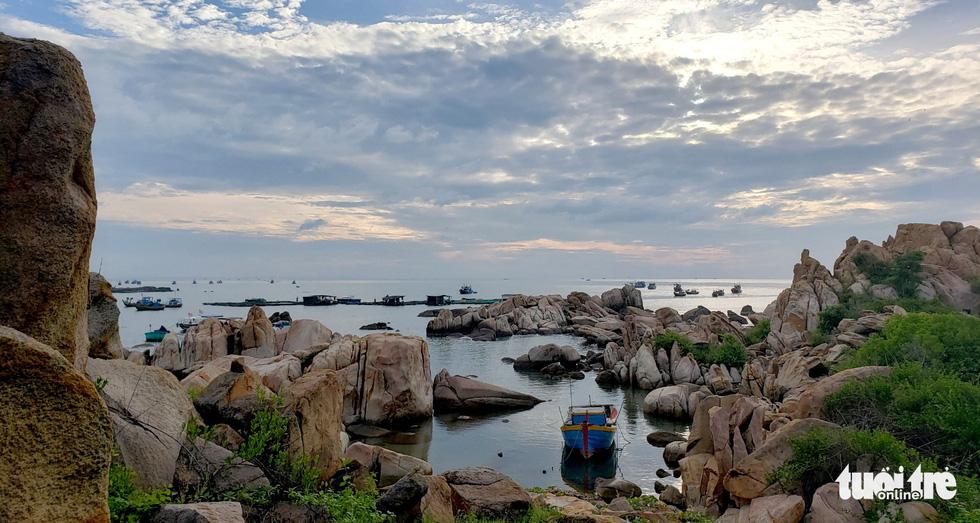 Đảo toàn đá, không có cư dân - Ảnh: NAM TRẦN