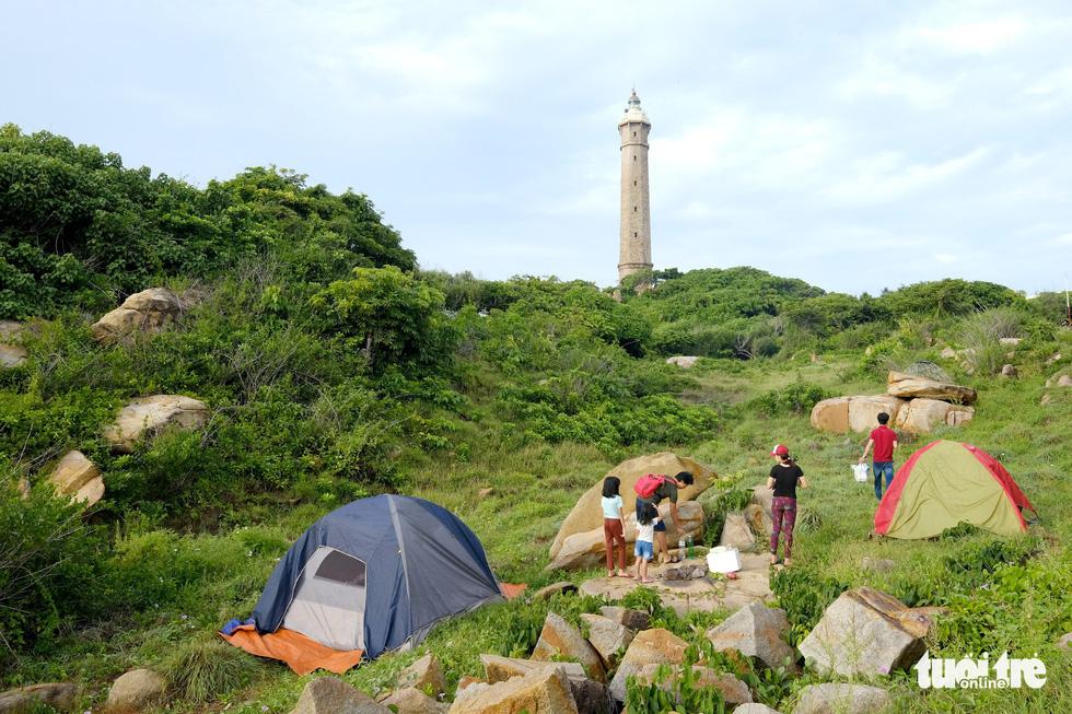 Du khách có thể cắm trại ngày dưới chân hải đăng - Ảnh: NAM TRẦN