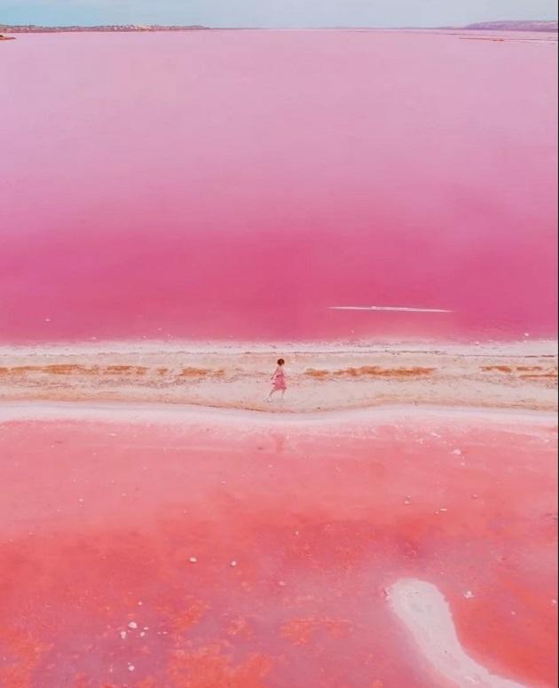 Hutt Lagoon là một trong 10 hồ nước có màu hồng đẹp như mơ ở Australia, nằm ở khu vực phía Tây nước này, cách thành phố Perth khoảng hơn 5 giờ lái xe.