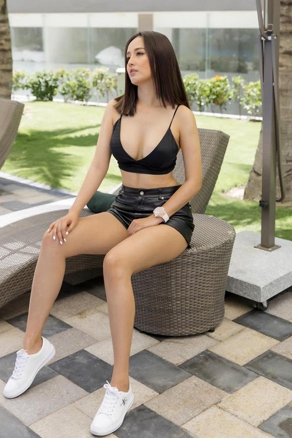Mai Phương Thuý đăng ảnh cực sexy, khoe vòng một bạo liệt dù vừa trải qua scandal lộ hàng