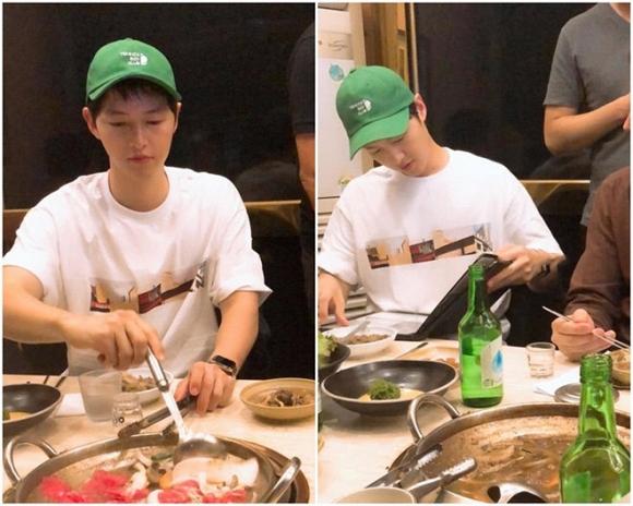 Song Joong Ki ăn tối cùng bạn bè tại một nhà hàng ở Hàn Quốc.