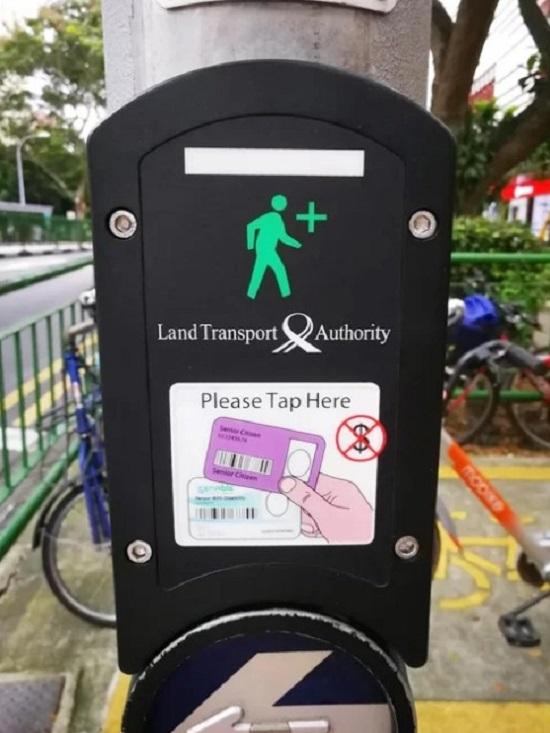 Người già và những người khuyết tật ở Singapore luôn được tạo điều kiện thuận lợi trong sinh hoạt, đặc biệt là khi tham gia giao thông. Họ chỉ cần chạm thẻ từ (loại thẻ thông minh dùng để sử dụng các phương tiện công cộng) vào cột đèn, lập tức đèn tín hiệu sẽ bật sáng. Những xe cộ lưu thông trên đường sẽ nhường đường ngay cho họ.