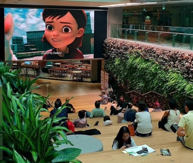 Terminal 3, sân bay quốc tế Changi có một khu vực rộng rãi, thoáng mát, nhiều cây xanh dành cho những du khách transit chuyến bay dài. Trên màn hình lớn thường xuyên chiếu phim nổi tiếng cho du khách thư giãn, nghỉ ngơi.