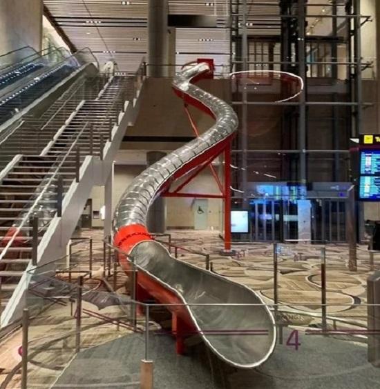 Một đường ống cầu trượt đưa hành khách ra tận cửa sân bay ở nhà ga số 4 sân bay quốc tế Changi từng gây xôn xao với du khách khi tới đảo quốc sư tử. Khi làm xong thủ tục xuất cảnh điện tử, bạn có thể lựa chọn đi thang máy hoặc chui vào ống trượt để ra thẳng máy bay. Trải nghiệm này vừa tiện, nhanh lại mang lại cảm giác thích thú cho nhiều người.