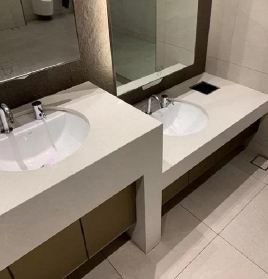 Hầu hết các nhà vệ sinh công cộng ở Singapore đều thiết kế bồn rửa tay riêng dành cho trẻ nhỏ, chiều cao thấp hơn nhưng vẫn được trang bị đầy đủ không khác gì phiên bản của người lớn. Việc này giúp tập cho trẻ em thói quen sạch sẽ và độc lập, không cần người lớn trợ giúp.