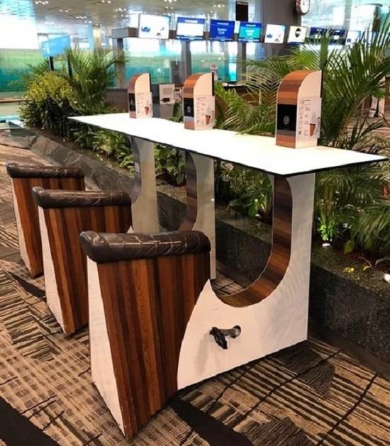 """Singapore nổi tiếng là quốc gia xanh, tận dụng nguồn năng lượng thân thiện với môi trường. Khi muốn sạc điện thoại ở sân bay Changi mà muốn trải nghiệm một hình thức thật """"xanh"""", bạn hãy tìm đến những cột sạc sử dụng sức người, thông qua việc đạp pedal để tạo ra năng lượng."""