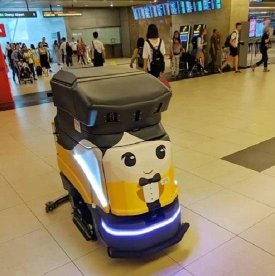 Singapore rất chú trọng đến việc vệ sinh, đặc biệt là ở những không gian công cộng. Bên cạnh những nhân viên dọn dẹp, sân bay quốc tế Changi còn chuẩn bị cả những con robot lau dọn cần mẫn ở sảnh đến, đảm bảo sàn nhà luôn sạch đẹp.