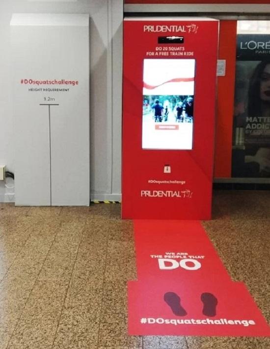 Nhằm khuyến khích người dân vận động thường xuyên, nâng cao sức khỏe, chính quyền Singapore cho lắp một thiết bị đặc biệt tại ga metro Tampines. Mỗi khi du khách tập được 20 động tác squats sẽ được free một chuyến trong ngày.