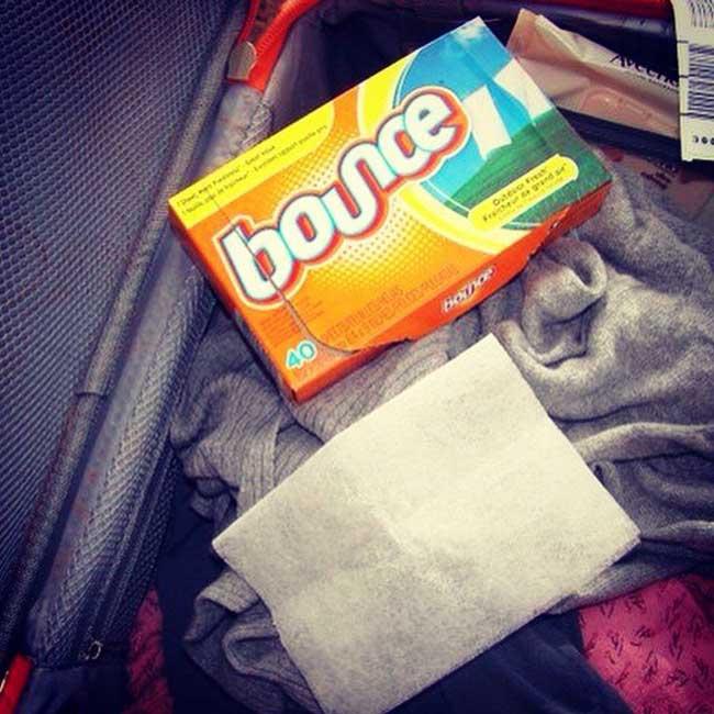 2. Luôn để 1 tờ giấy sấy quần áo trong vali để trang phục có hương thơm mới, dễ chịu